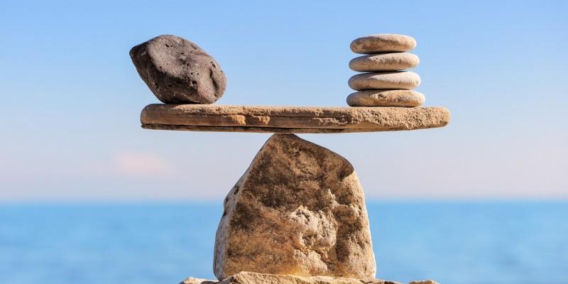 Waage aus Steinen
