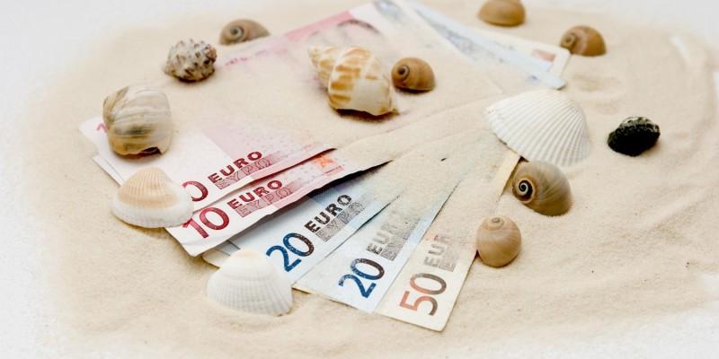 Geldscheine im Sand