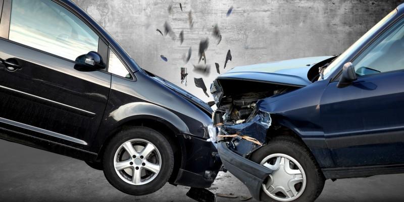Frontalzusammenstoß zweier Autos
