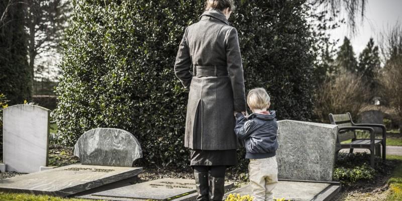 Mutter und Sohn am Grab