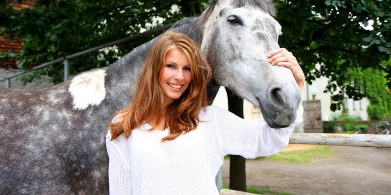 Frau mit ihrem Pferd