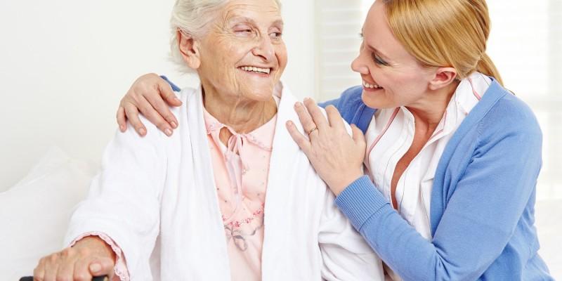 Seniorin im Pflegeheim