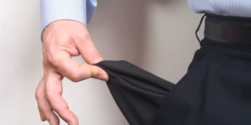Leere Taschen können ein Grund für den Verkauf der Lebensversicherung sein