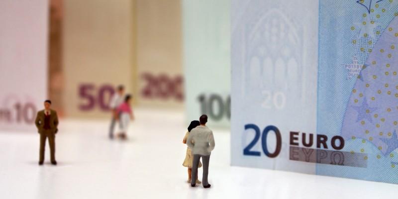 Modellfiguren vor Geldschein