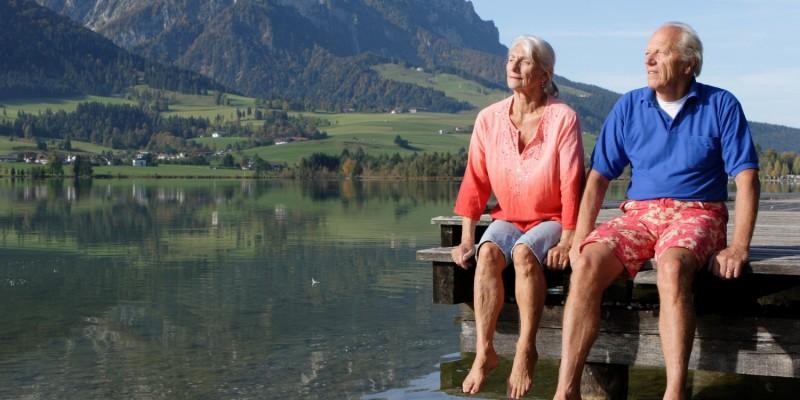 Älteres Paar entspannt an Bergsee